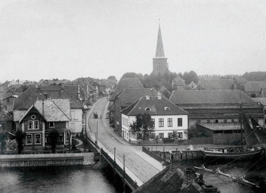 Neustadt in Holstein - Stadtansicht mit Hafenbrücke und Brückstraßee