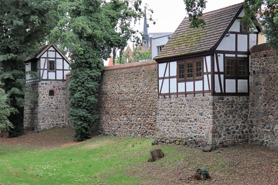 Neubrandenburg - Stadtmauer mit Wiekhäusern